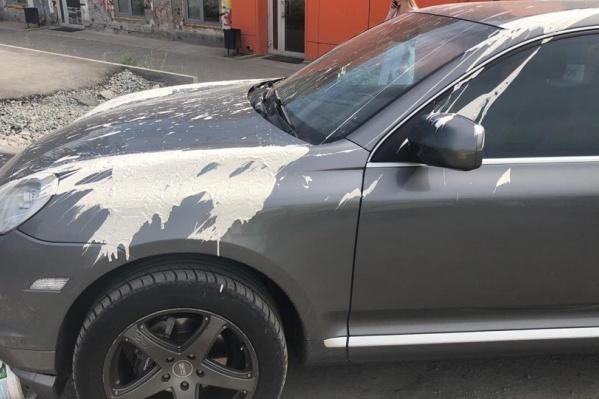 Брызги краски разлетелись на весь автомобиль