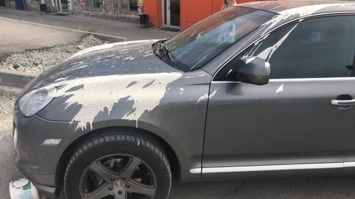 Белая зависть: прохожий облил краской припаркованный у обочины Porsche Cayenne