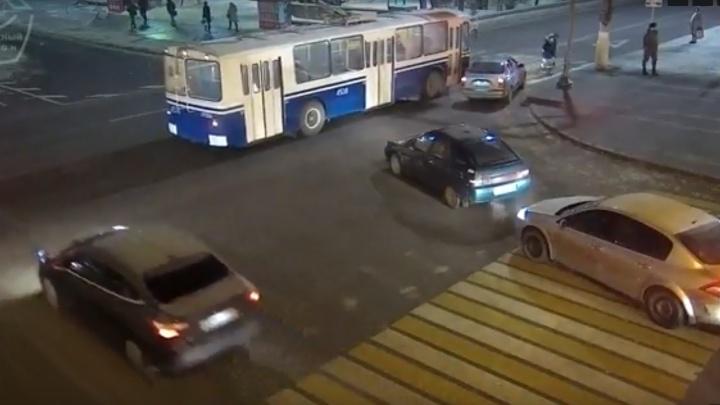 В центре Волгограда водитель-торопыга ударил троллейбус: опубликовано видео
