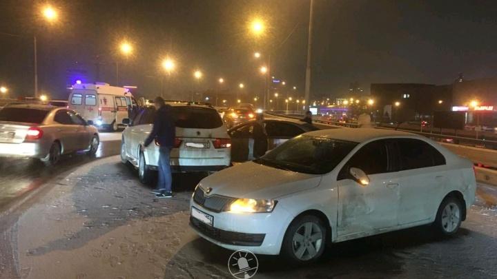 «Там каток»: в массовой аварии на эстакаде сбили человека и протаранили три машины полиции