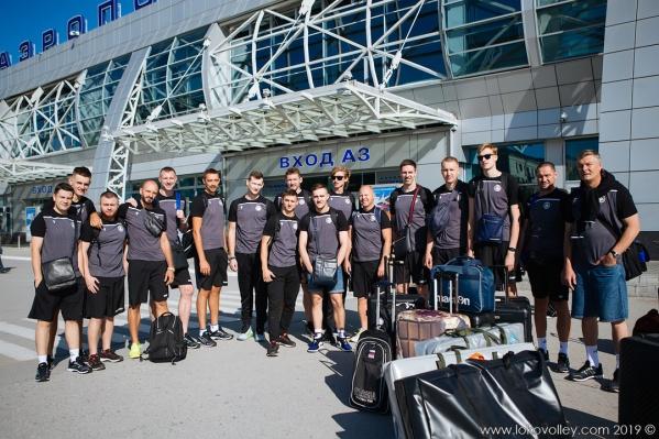 Команда «Локомотив» у аэропорта Толмачёво