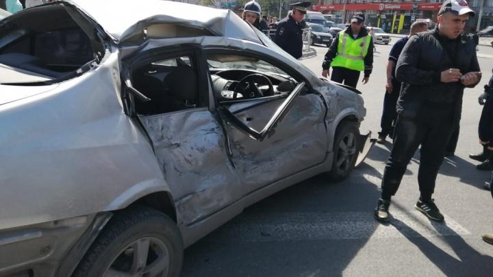 Водителя «Ниссана» увезли в больницу после удара об автобус на «Золотой Ниве»