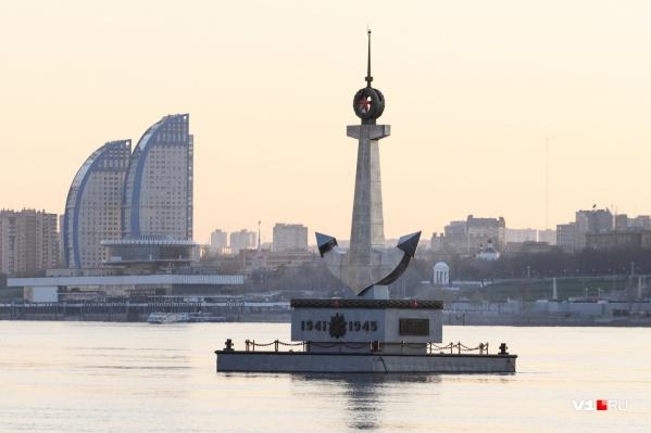 Памятник величественно белеет над Волгой