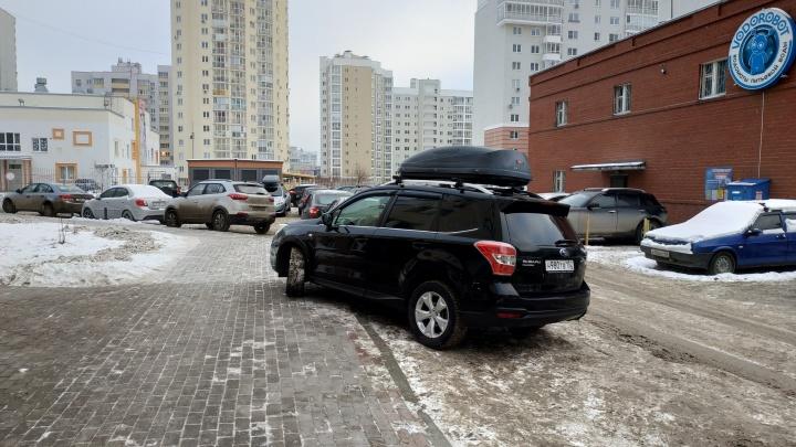 «Я паркуюсь как...»: автохам за стеклом и преграда для коляски