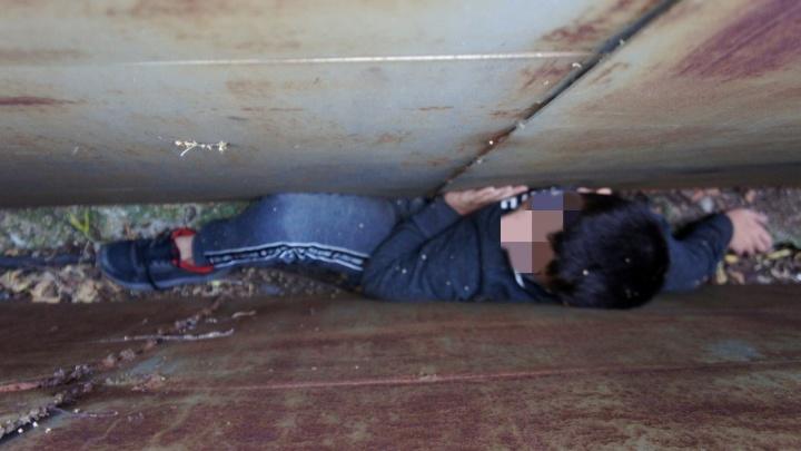 Полез за упавшим телефоном: в Уфе между двух гаражей застрял ребенок