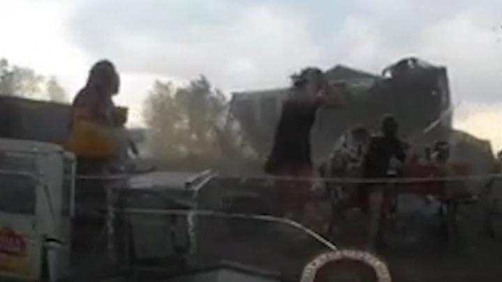 Ураганным ветром снесло палатку кафе во время отдыха красноярцев на Песчанке