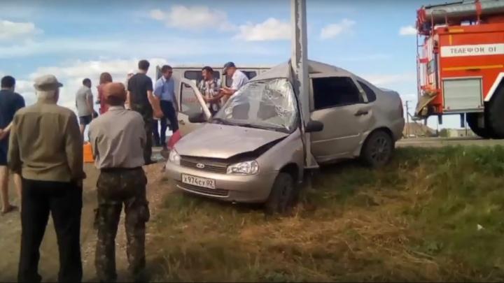 «Машину намотало на столб»: под Самарой Lada Kalina вылетела с трассы