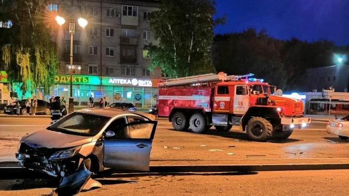 Пьяное ДТП, столкновение BMW с пожарной машиной и авария на Республики: дорожные видео недели