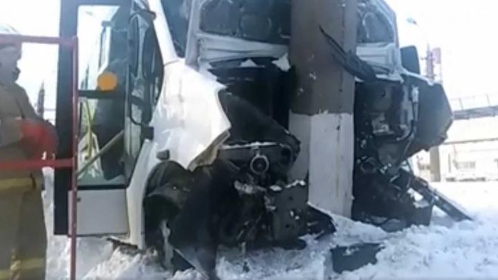 В Стерлитамаке маршрутка врезалась в столб: водителя и пассажира осматривают медики