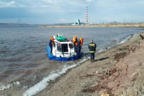 Течением рыбаков отнесло далеко от берега