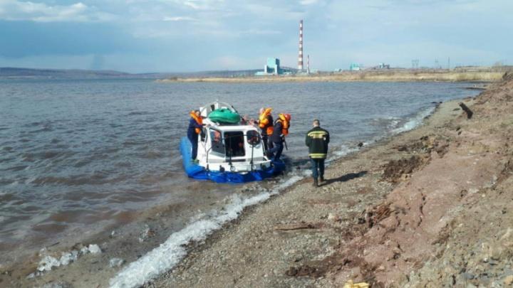 10 рыбаков оторвались от берега на тонкой льдине и дрейфовали по водохранилищу