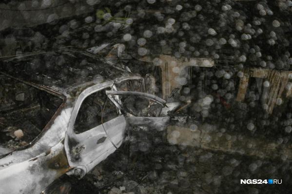 Останки сгоревшей машины