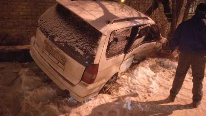 «Приехали три скорых»: иномарка влетела в дом после ночного ДТП в Челябинске