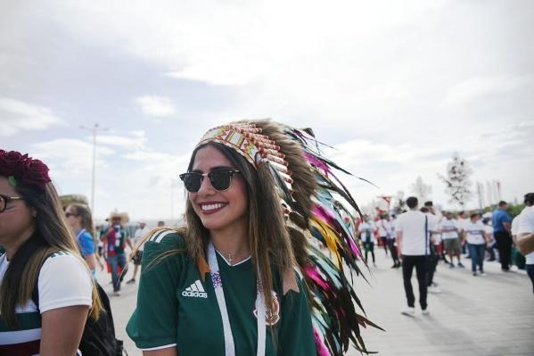Многие мексиканки пришли на матч в индейских головных уборах