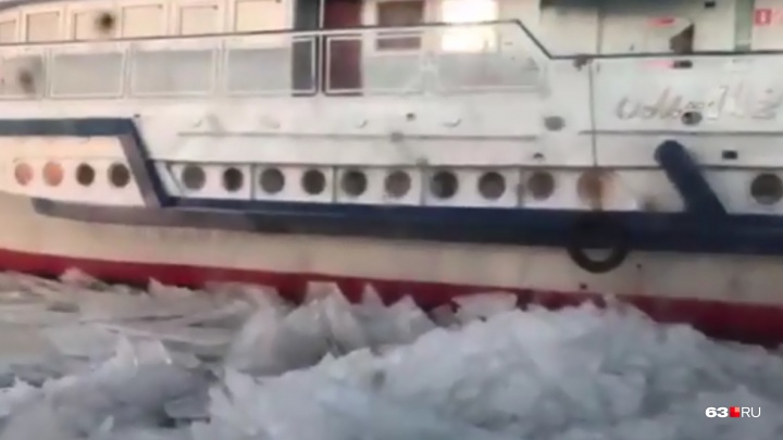 На переправе Самара — Рождествено «Омик» застрял во льду
