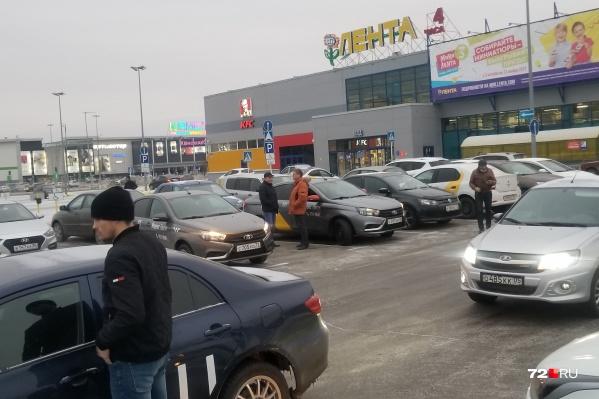 Несколько сотен автомобилей ежедневно собираются на парковках крупных торговых центров (у гипермаркета «Лента» на Мельникайте)