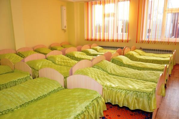 Некоторые дети каждый день спят на новой кровати — они ждут, когда кто-то из одногруппников не придёт в садик