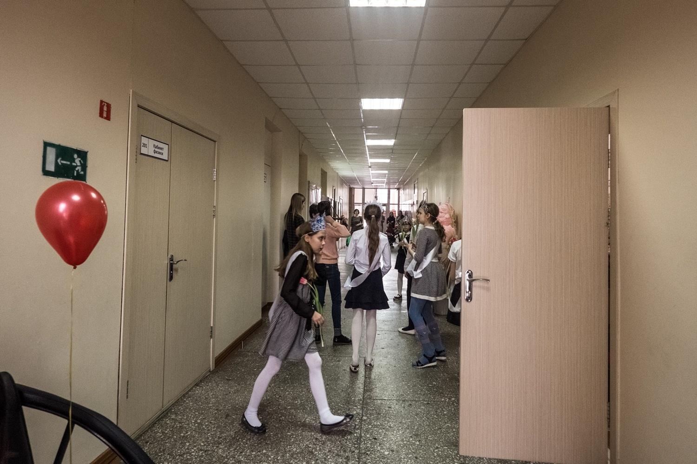 На переменах дети толпятся в коридорах