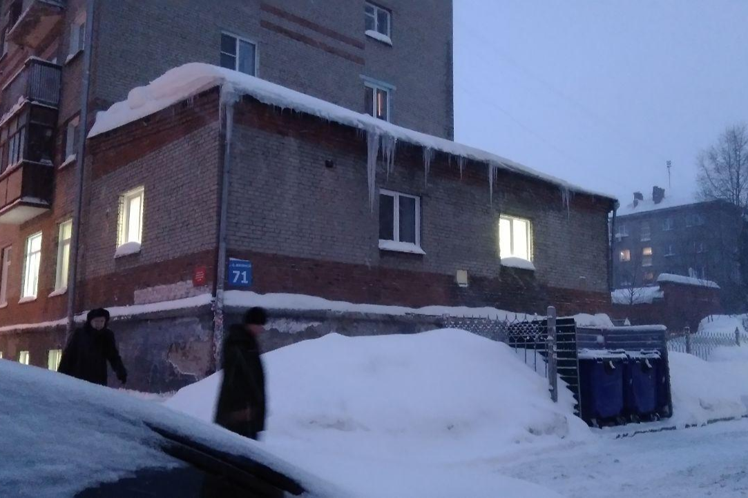 Жители отмечают, что в городе плохо убирают не только снег, но и сосульки