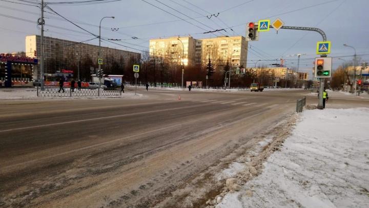 В Екатеринбурге ищут водителя Lada, который сбил пешехода, переходившего Крауля на жёлтый