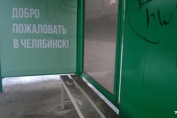 Зелёные остановки появились в городе меньше двух лет назад, но «художники» уже успели их изуродовать