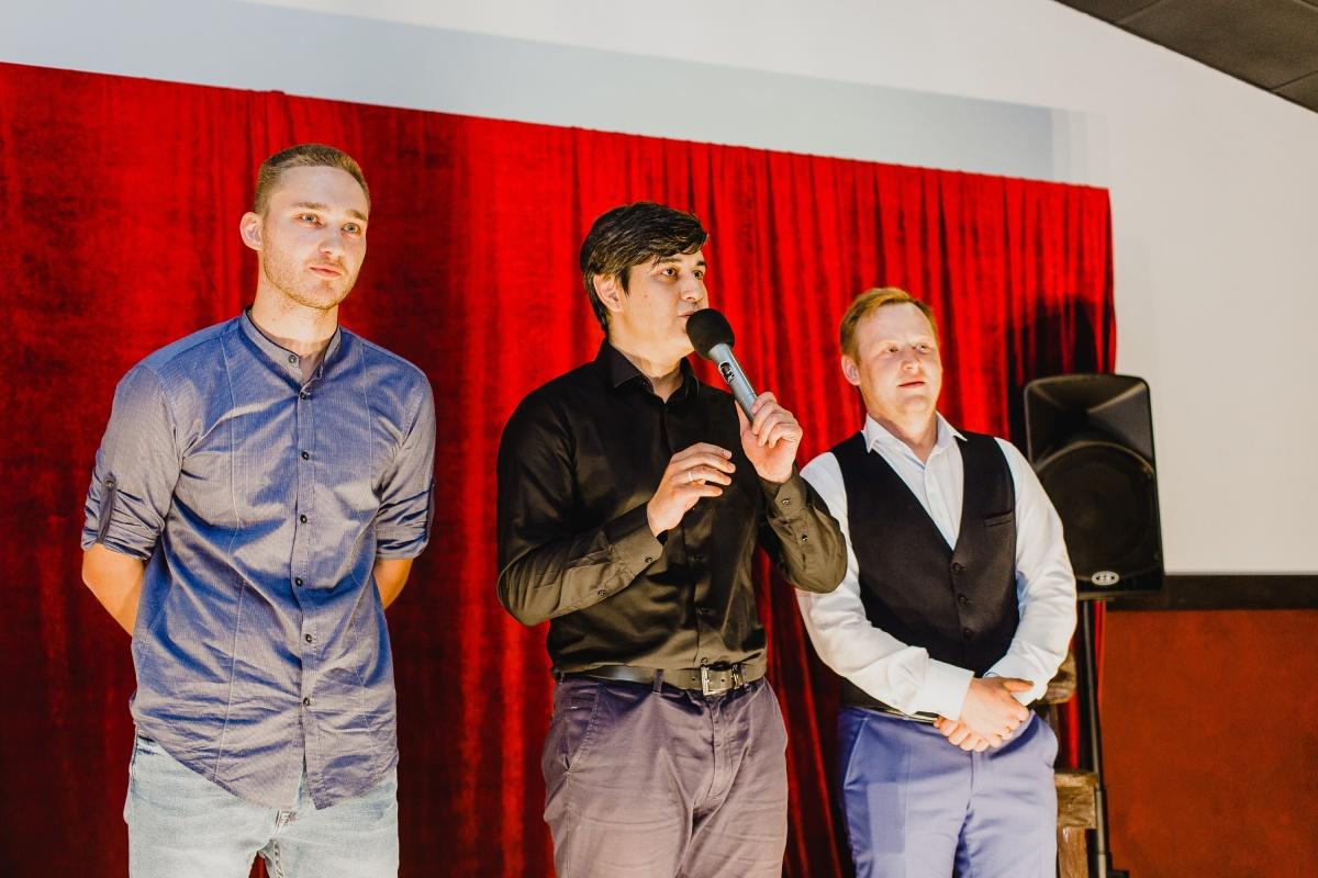 Классическая красная штора для выступления стенд-ап комиков