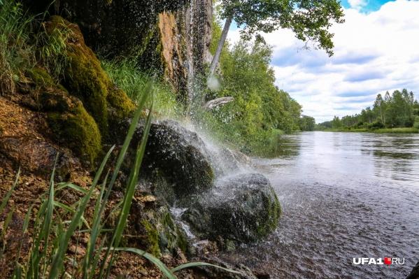 Водопад известен как Абзановский или Асинский