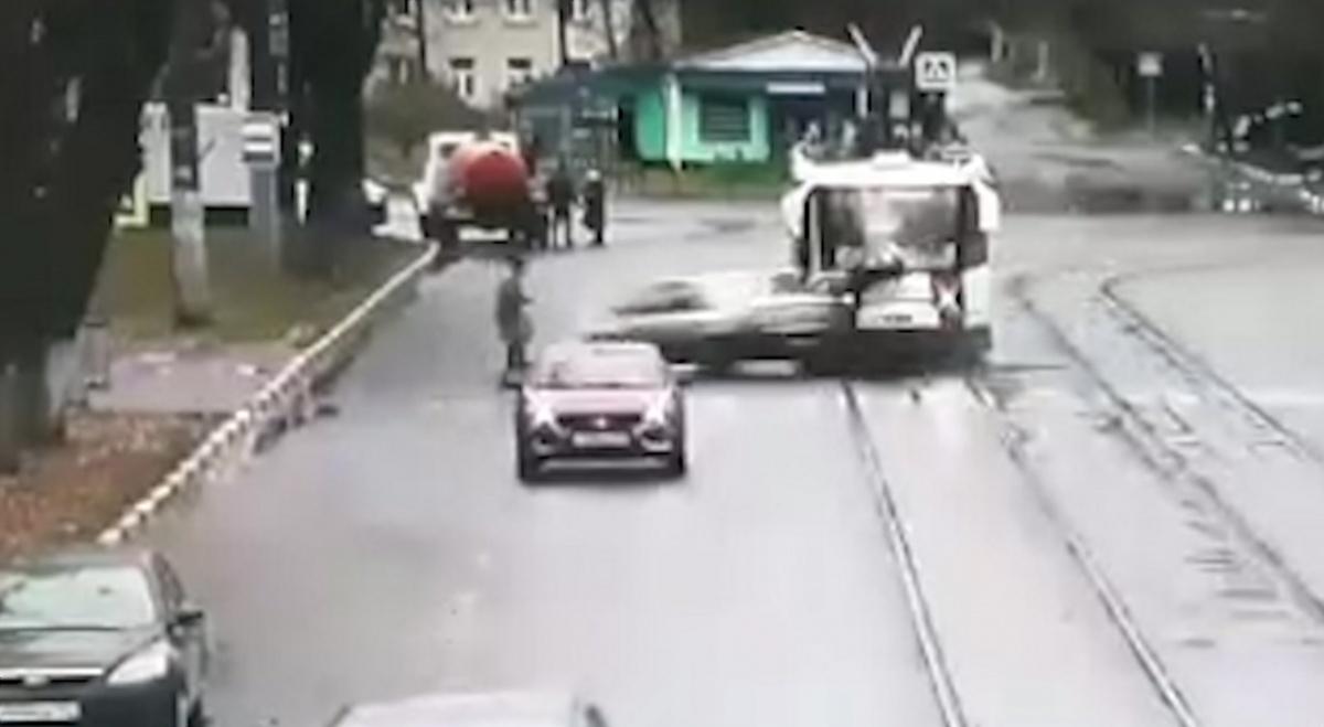 Пешеходов сбили по очереди
