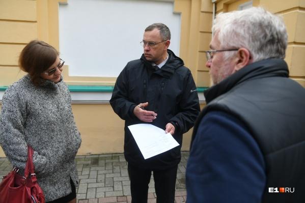 Активистов пустили внутрь по списку, журналистам попасть к губернатору не удалось