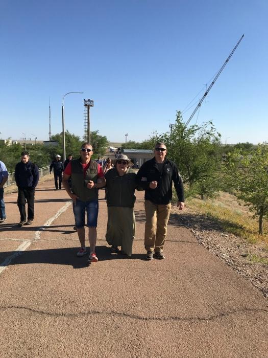 Нина Евгеньевна с двумя сыновьями на Байконуре накануне старта Сергея