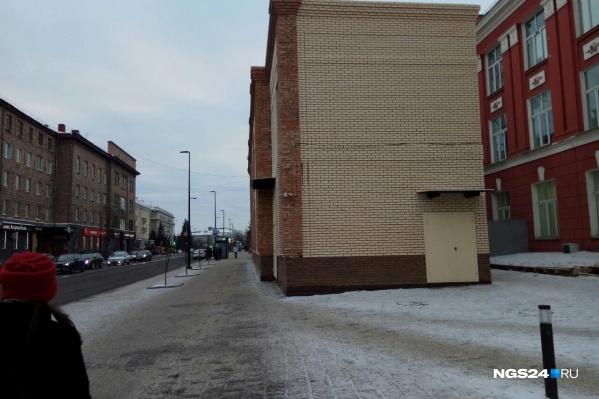 Расстояние между двумя зданиями не превышает пяти метров