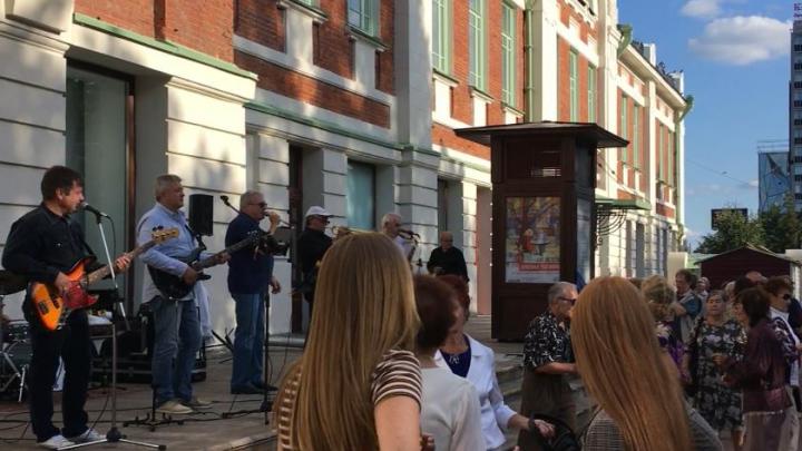 Виктор Толоконский спел для новосибирцев в Первомайском сквере (видео)