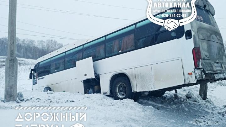 Автобус с вахтовиками съехал в кювет на трассе под Ачинском