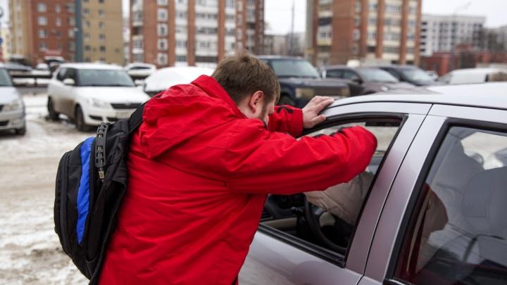 В Ярославской области мужчины с битами напали на таксиста и забрали у него еду