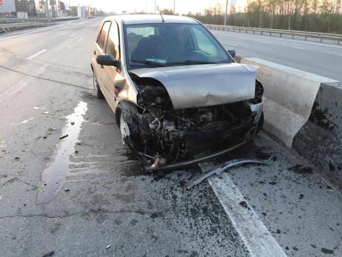 У Ford Fiesta после столкновений сильно поврежден перед