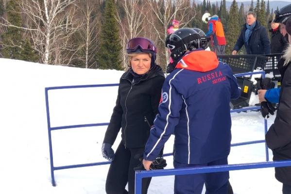 Высокопоставленная чиновница (в темном лыжном костюме в центре фото) прибыла в Шерегеш с рабочим визитом, но успела покататься на лыжах с губернатором Кемеровской области Сергеем Цивилёвым