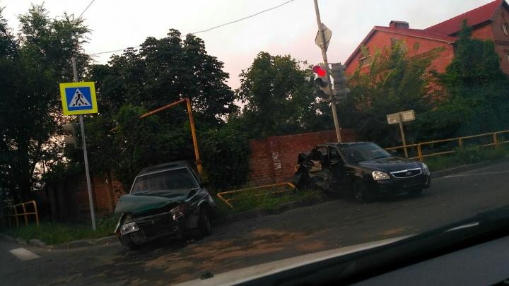 У «Приоры» вырвало двери: две легковушки разбились в крупном ДТП в Тольятти