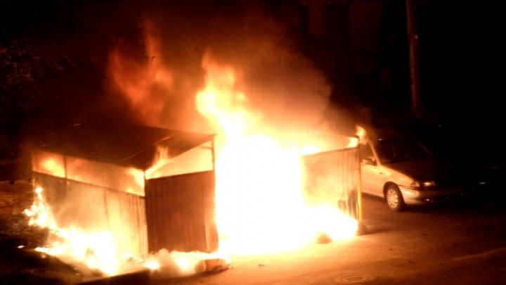 В центре Ростова в пожаре пострадал автомобиль