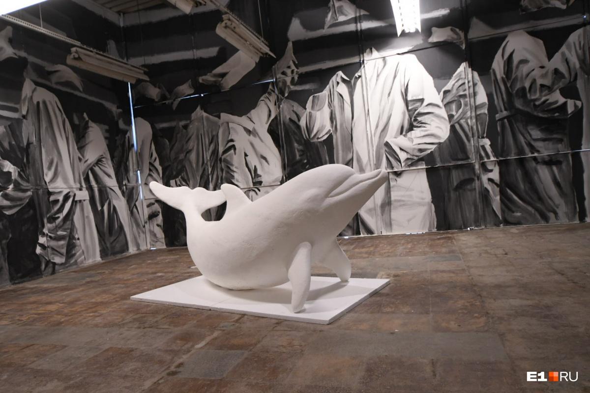 Один из самых запоминающихся арт-объектов — белый дельфин