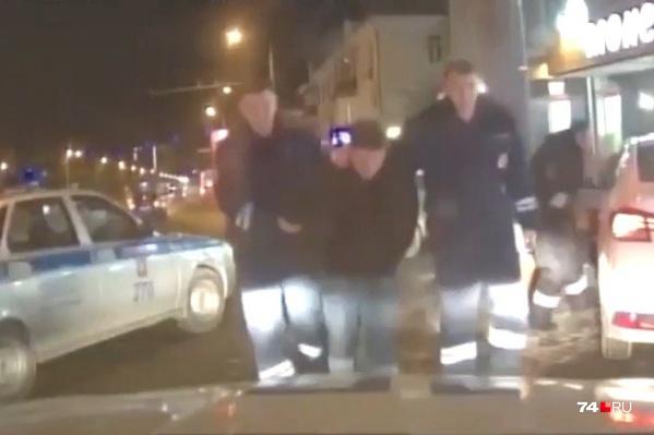 Молодой человек сел в такси, накинул на шею водителя шнурок, вытащил его из машины, сел за руль и уехал