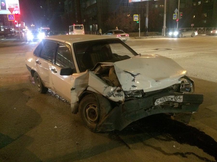 ВНовосибирске иностранная машина вылетела натротуар, сбила пешехода идорожный знак