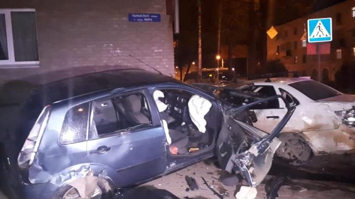 Два автомобиля врезались в стену дома на перекрестке в северной части Уфы