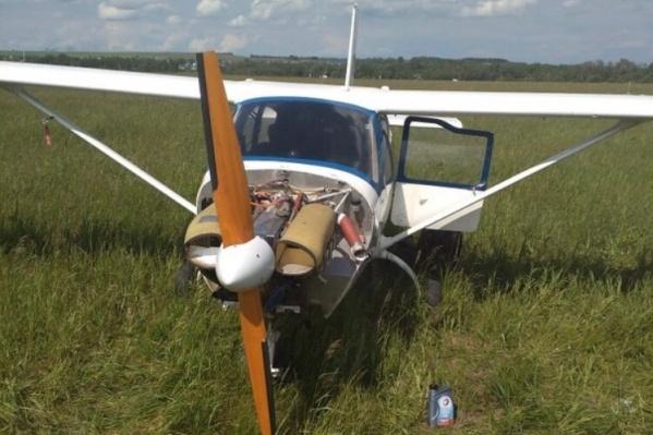Легкомоторный самолет сел в поле