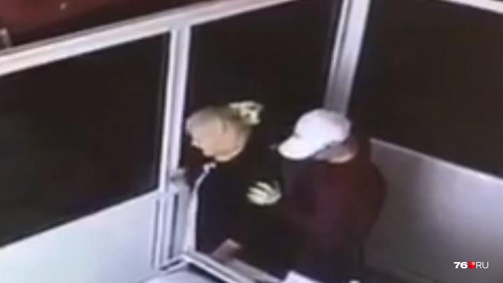 Вцепился женщине в волосы: эксклюзивное видео ограбления банка в центре Ярославля