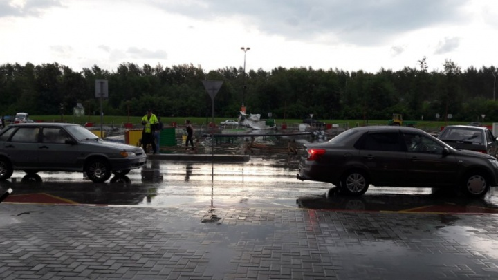 В Уфе на парковке «Меги» ветер сдул детский городок: пострадали двое