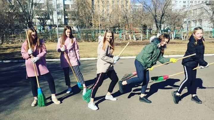 «С духовым оркестром и танцами»: сотни красноярцев вышли убираться на субботник в Красноярске