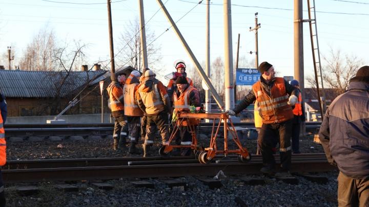 «Вызвали помощь из других регионов»: что сейчас происходит на раскуроченном локомотивом переезде