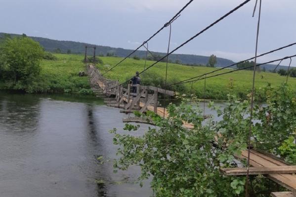 Мост через Ирень, с которого упал человек, не вызвал доверия у спасателей