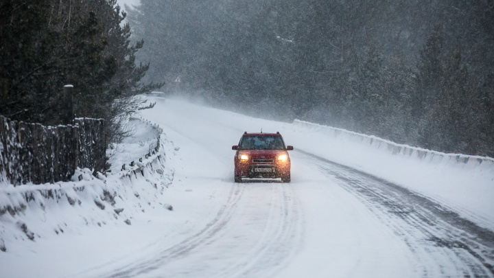 Двое красноярцев замерзали на трассе из-за кончившегося в машине бензина
