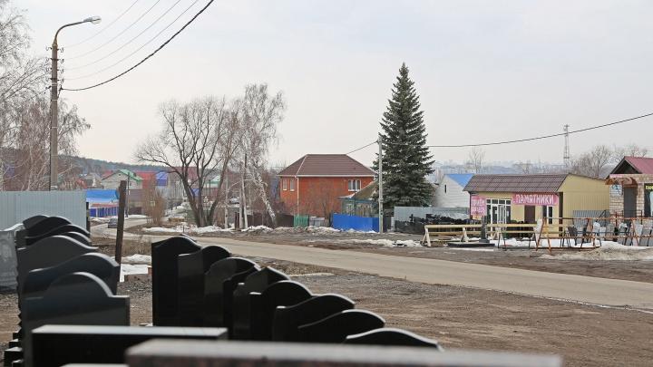 «Они нас в петлю загоняют»: жильцы центральной улицы в поселке под Уфой живут, как на кладбище